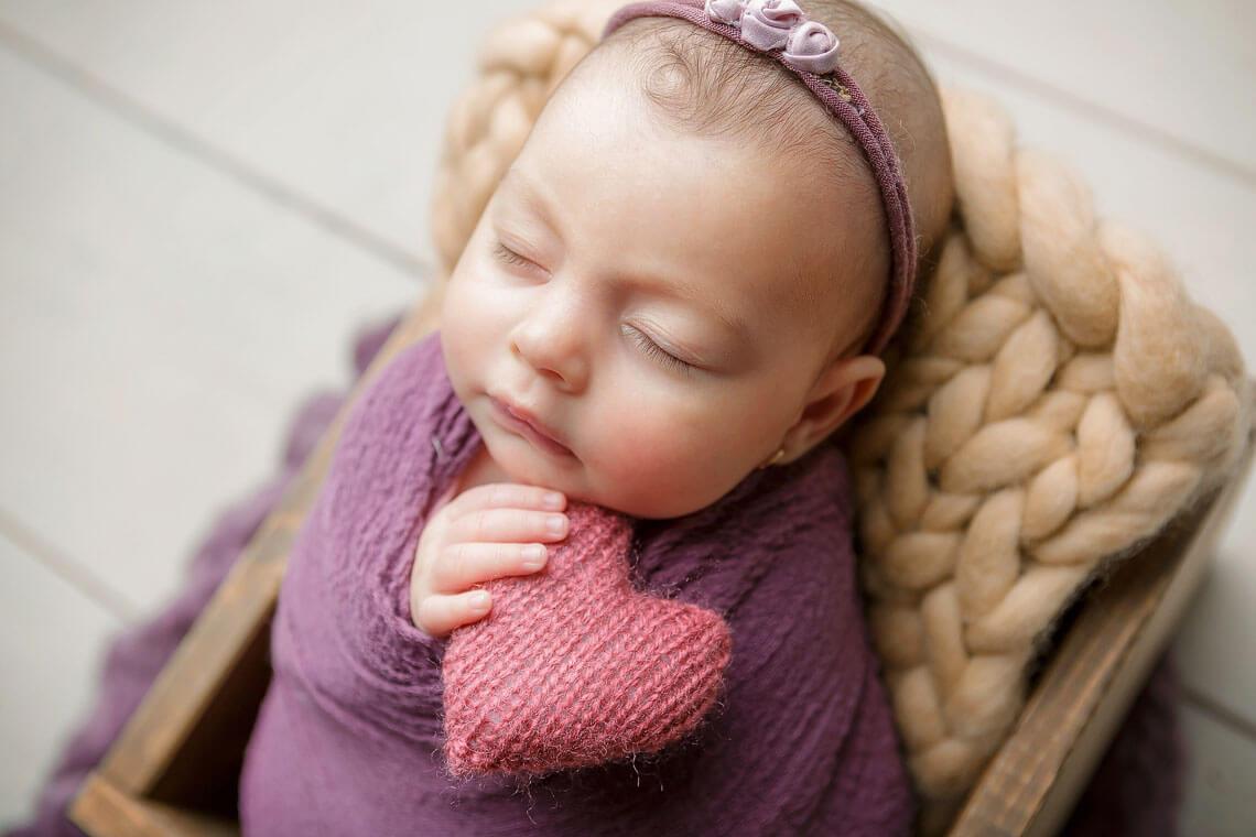 ioana nou-nascut infasat mov si inimioara roz