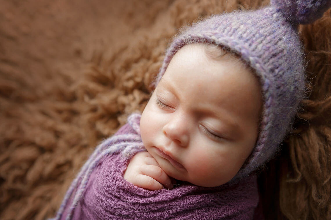 nou-nascut ioana blanita maro si caciula mov