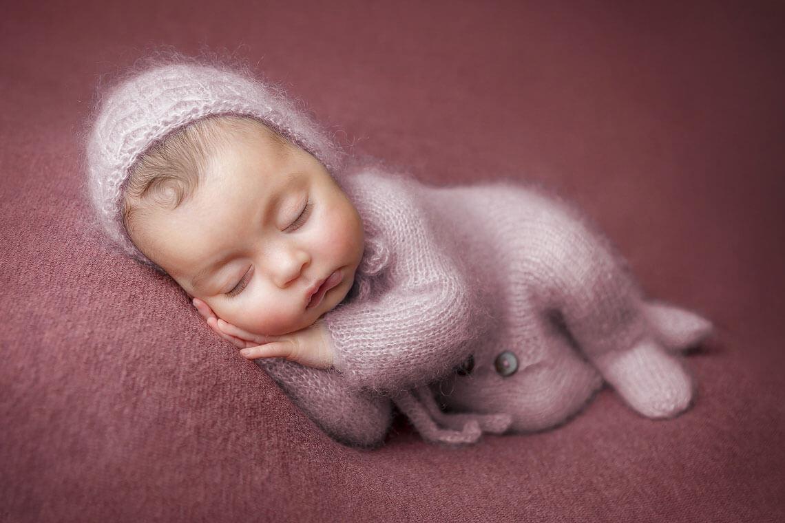 fotografie nou-nascut pe patura mov
