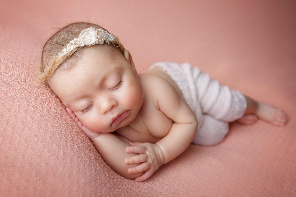 fotografie ioana nou-nascut pantalonasi albi