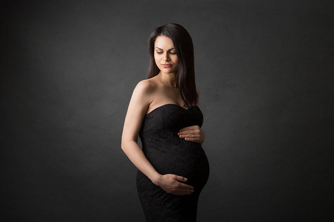 fotografie de la sedinta foto de maternitate rochie neagra